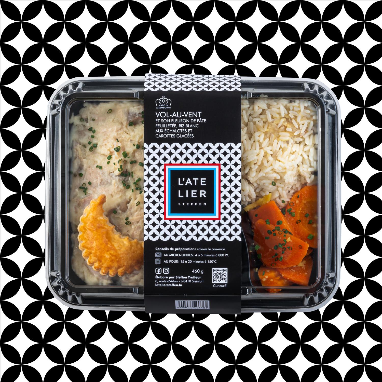 Vol-au-vent  et son fleuron de pâte feuilletée, riz blanc  aux échalotes et  carottes glacées
